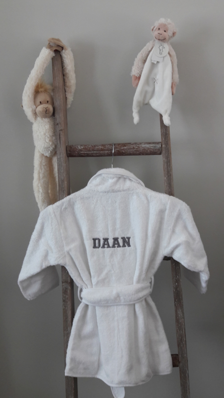 Exclusief geboorte cadeau badjasje met geborduurd babies naam