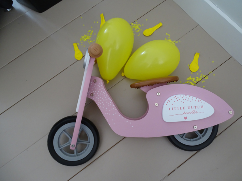 stoere houten loop scooter verkrijgbaar in rose en bleu
