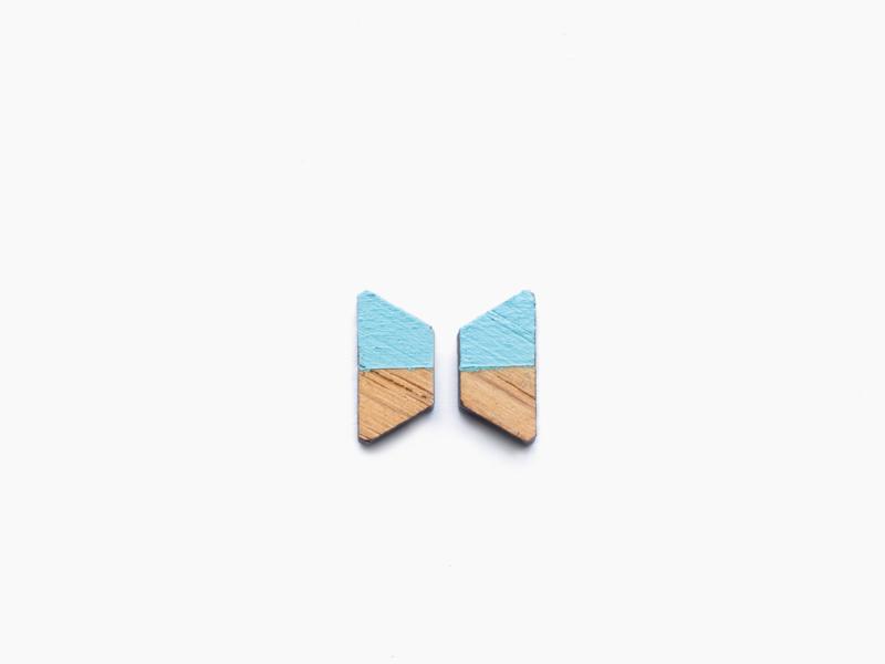 Houten oorbellen trapezium lichtblauw