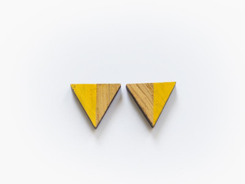 Houten oorbellen driehoeken geel