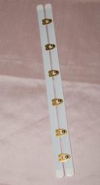 Busk wit met goudkleurige sluiting 30 of 32 cm.