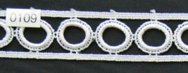 Kant wit geborduurde cirkels in rand 3 cm breed.