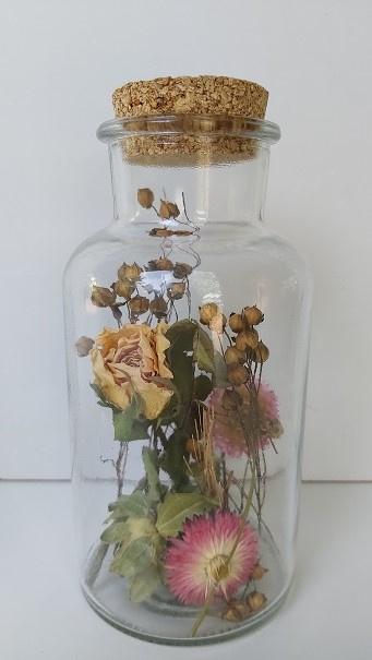 Stolpfles met droogbloemen