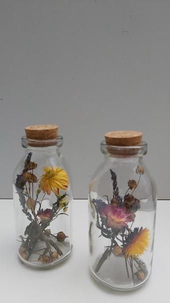 Smal flesje met droogbloemen