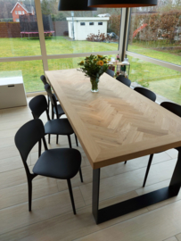 Visgraat eiken tafel Mosina met brede lijst en U-onderstel 12x1 of 12x4cm