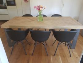 Visgraat eiken tafel Mosina met U-onderstel