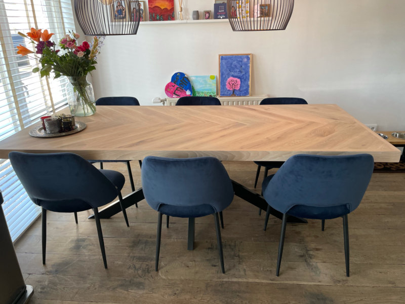 Visgraat eiken tafel Osla met matrix poot (color Livid W10)
