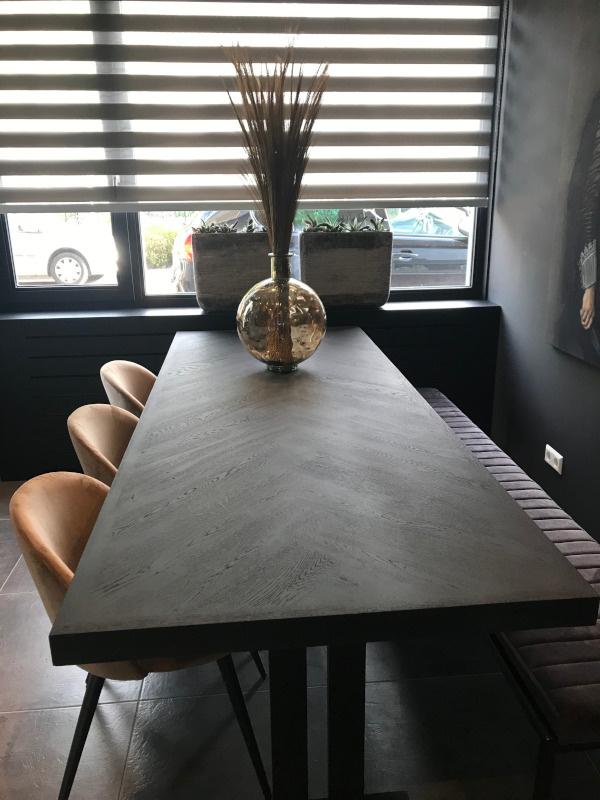Zwarte visgraat eiken tafel Osla met kolom onderstel