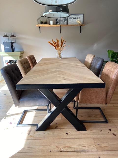 Visgraat eiken tafel Osla  met X-onderstel