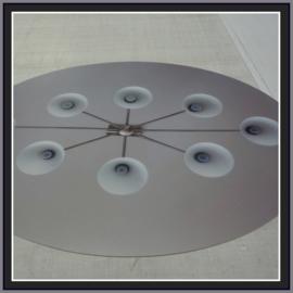 Een ovalen blender beprint met een foto van een kroonlamp.