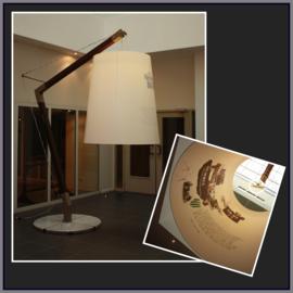 Een grote schuine lampenkap met binnen in een print