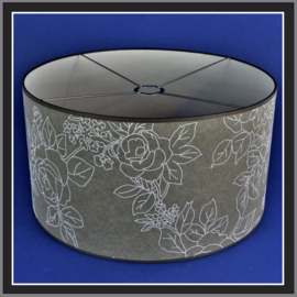nr. 533 weefstof grijs metwitte bloem op wit pvc, geplakt op wit pvc