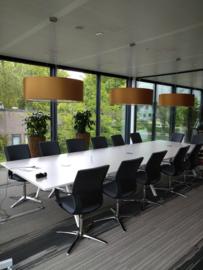 Hanglampen boven een vergadertafel van de RABO bank Geldrop.