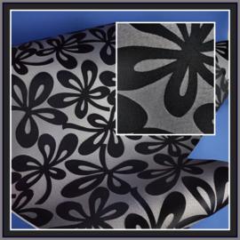 nr. 507 Marosa bloem grijs op zwart, geplakt op glashelder pvc. ( kl 2 ).