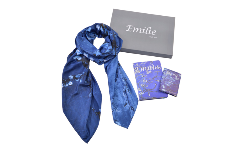 Geschenkset Van Gogh amandelbloesem | Zijden sjaal + notitieboek (A5) + paspoorthoesje | Verpakt in giftbox | Cadeau