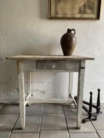 Oude brocante tafel