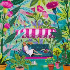 Mila Marquis - Lezen op een ligbed in de tuin