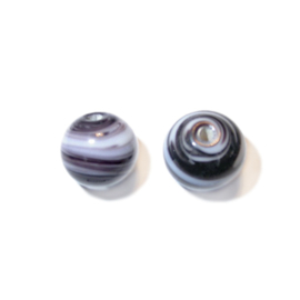 Zwarte met witte, ronde glaskraal