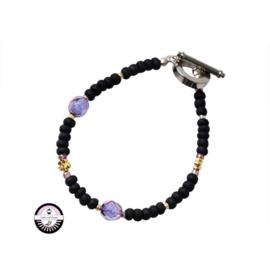 Armband met zwarte, gouden en paarse kralen