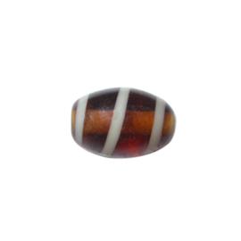 Langwerpige bruine glaskraal met witte streep