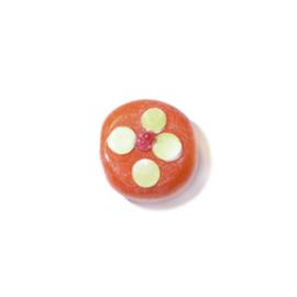 Oranje platte glaskraal met gele en rode uitsteekstels