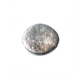 Massive, flat silvercoloured metal bead