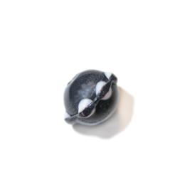 Zwarte glaskraal met kraagje met witte stippen