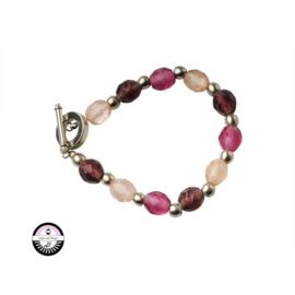Armband met lichtroze en donkerdere roze glaskralen