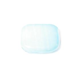 Lichtblauwe, platte vierkante kraal  met 2 draadopeningen