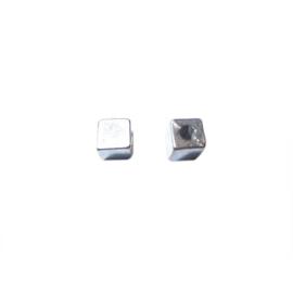 Zilverkleurige vierkanten kraal
