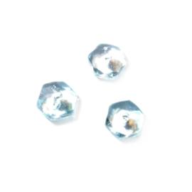 Lichtblauwe, discusvormige kraal met aan de zijkanten cilindervormig
