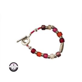 Armband met  rode, roze en paarse glaskralen