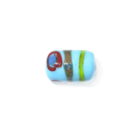 Lichtblauwe, langwerpige glaskraal, beschilderd met motiefjes