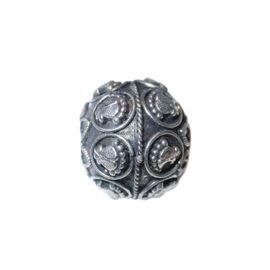 Metalen kraal, geheel bewerkt in Indiase style