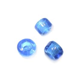 Mediumblauwe glaskraal met iets ruimere opening (4 mm)