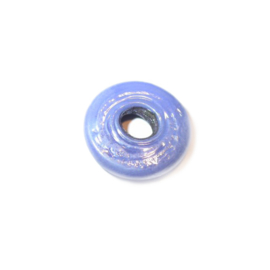 Lilakleurige, discusvormige kraal met groot gat