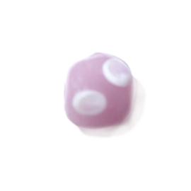 Roze glaskraal met heel lichtroze stippen