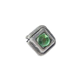 Metalen kraal met een groen plaksteentje