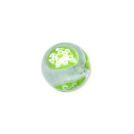 Doorzichtige ronde glaskraal met groene beschilderingen