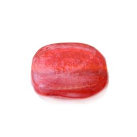 Rode glaskraal, plat, beetje vierkante vorm,