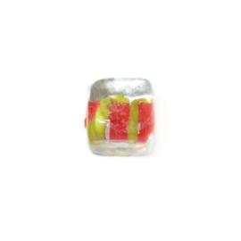 Vierkante, doorzichtige glaskraal met aan de binnenkant rood en geel