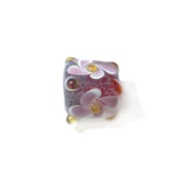 Handbewerkte vierkante glaskraal, versierd met witroze bloemen en gele uitstekende puntjes