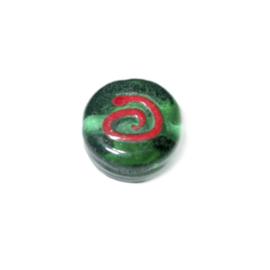 Ronde, platte groene glaskraal met rode tekening