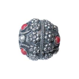Metalen kraal, ingelegd met rode steentjes
