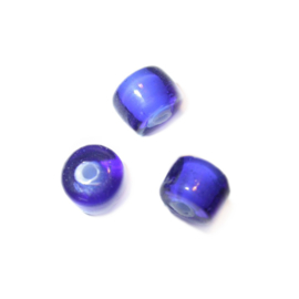Donkerblauwe, doorzichtige glaskraal, met witte binnenkant