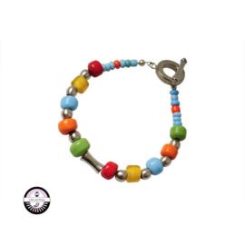 Armband met  gele, oranje, groene, lichtblauwe en rode glaskralen