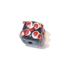 Zwarte vierkante glaskraal met rood met witte versiering