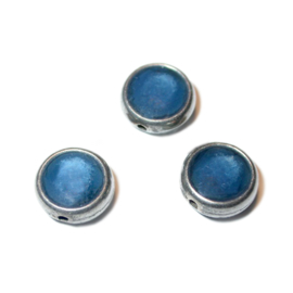 Ronde metalen kraal gevuld met blauw epoxy