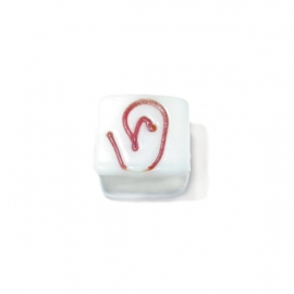 Witte vierkante glaskraal met rode tekening