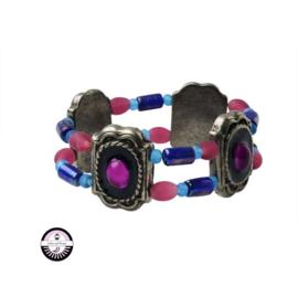 Elastische armband met metaalkleurige kralen en blauwe en roze glaskralen